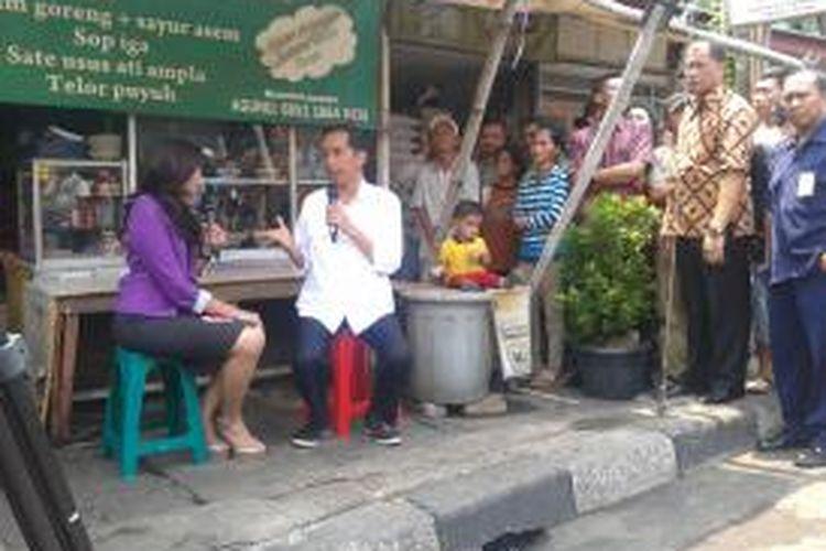 Gubernur DKI Jakarta Joko Widodo saat diwawancarai presenter Kompas TV Nitya Annisa dalam program acara berita Kompas Siang, Senin (14/10/2013). Jokowi diwawancara jelang setahun kepemimpinannya di Jakarta yang akan jatuh, Selasa (15/10/2013) besok