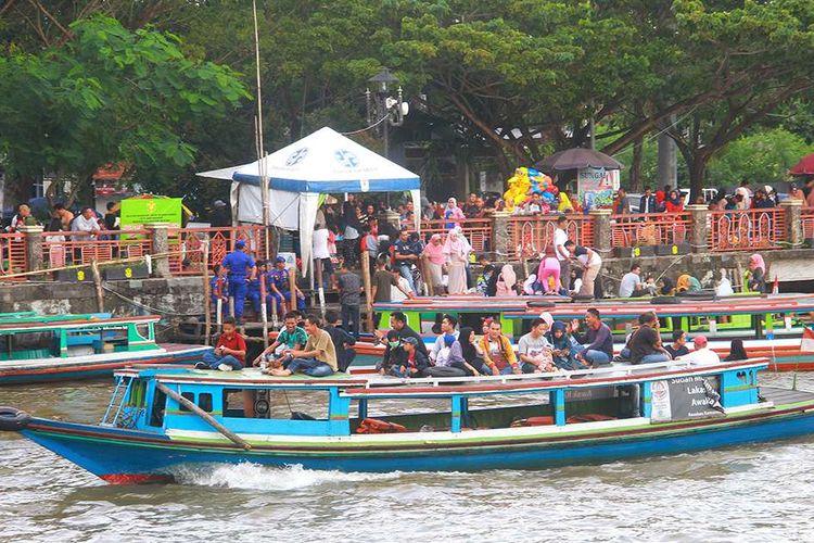 Sejumlah warga menaiki perahu bermesin (kelotok) untuk menyusuri Sungai Martapura, Banjarmasin, Kalimantan Selatan, Kamis (6/6/2019).Wisata susur Sungai Martapura menjadi pilihan warga untuk mengisi libur Hari Raya Idul Fitri di Banjarmasin.
