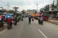 Truk Bermuatan Baja Terperosok di Jalan Kyai Hasyim Asy'ari Kota Tangerang