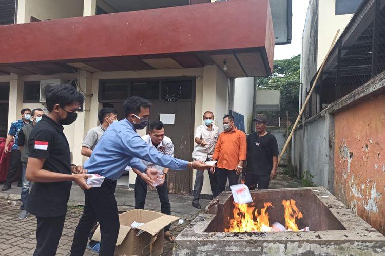 Proses pemusnahan surat suara yang rusak di KPU Jember Selasa (8/12/2020)