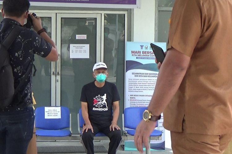 AJ (60) pasien positif covid-19  kelima yang sembuh setelah dirawat di RSU Zainal Abidin Banda Aceh. Sebelum pulang, senin (13/4/2020) AJ berpesan kepada warga agar mentaati anjurna pemerintah demi terhindari dari paparan virus covid-19. Saat ini di Aceh tercatat 60 kasus PDP covid-19. Sedangkan pasien positif, untuk sementara tidak ditemukan. *****