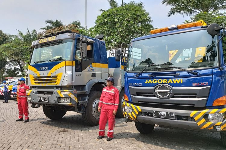 Optimus prime atau komo (kiri), truk derek berukuran besar yang digunakan PT Jasa Marga (Persero) Tbk untuk menarik truk bertonase besar yang mengalami kecelakaan.