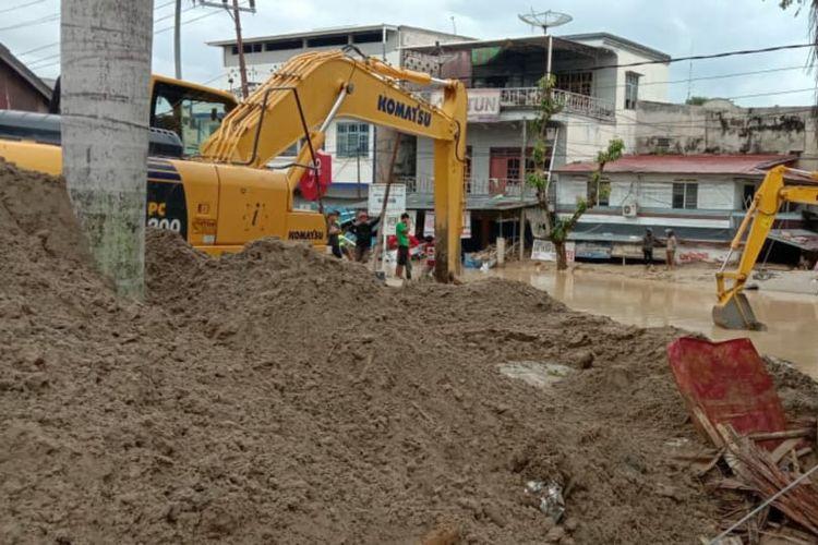 Alat berat untuk tangani banjir di Kecamatan Masamba, Kabupaten Luwu Utara, Provinsi Sulawesi Selatan.