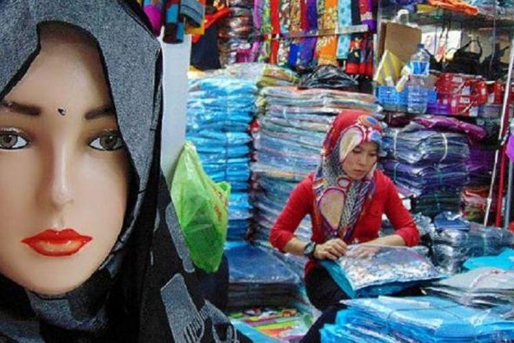 Pedagang busana muslim di Thamrin City, Jakarta, mengatur barang dagangannya, Jumat (8/5). Bisnis busana muslim biasanya menggeliat beberapa hari menjelang Ramadhan.