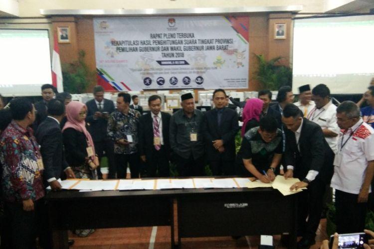 Ketua KPU Jabar Yayat Hidayat saat menandatangani berota acara hasil rapat pleno terbuka Pilkada Jawa Barat 2018 di kantor KPU Jabar, Jalan Garut, Minggu (8/7/2018).