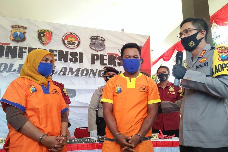 Pasangan suami istri, AH dan NA ditanya Kapolres Lamongan AKBP Harun (kanan), saat rilis pengungkapan kasus di Mapolres Lamongan, Selasa (8/9/2020).