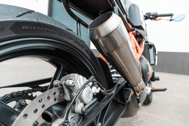 Motor custom KTM Duke 690 bergaya cafe racer