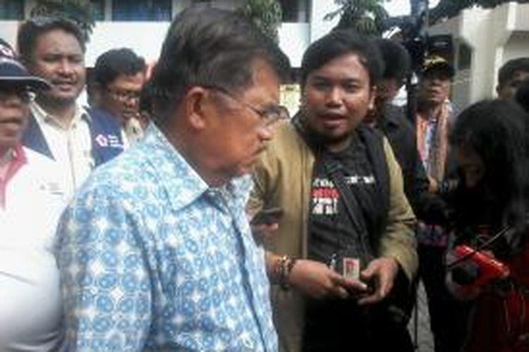 Ketua Palang Merah Indonesia Jusuf Kalla (kiri) mengunjungi posko pengungsi banjir di Kampung Pulo, Jakarta Timur, Selasa (14/1/2014).