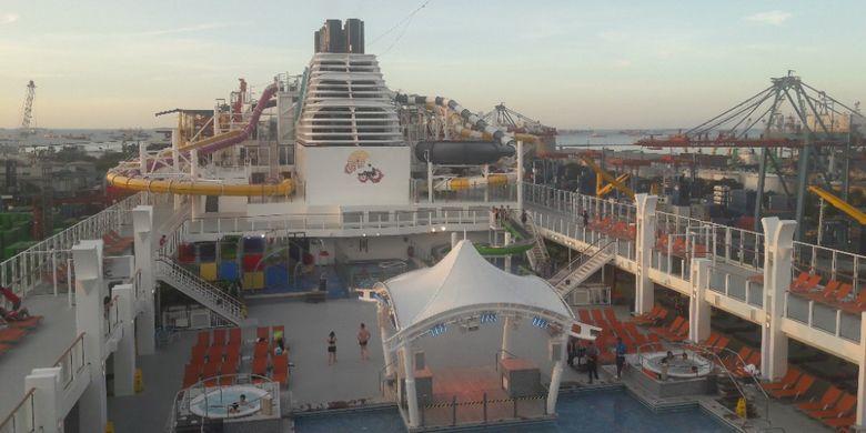 Kolam renanh yang terdapat pada dek teratas di kapal pesiar Genting Dream Cruises