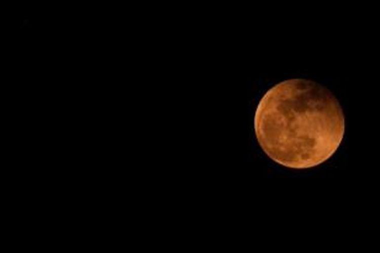 Gerhana Bulan langka pada 8 Oktober 2014 diabadikan dari Tangkerang, Pekanbaru, Riau. Warna merah Bulan lebih pudar, diduga akibat pengaruh kabut asap yang membiaskan cahaya.