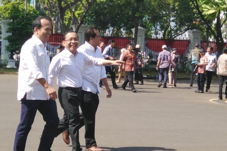 Menteri Sekretaris Negara pada kabinet kerja 2019-2024Pratikno turut hadir ke Istana Kepresidenan, Jakarta, Senin (10/10/2019). Ia datang bersama Komisaris Utama Adhi Karya FadjroelRahman, dan mantan Staf Khusus Presiden Nico Harjanto.