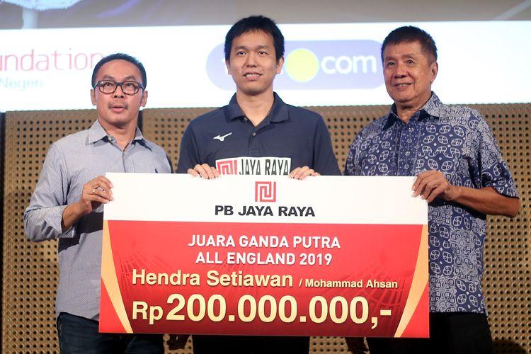 Legenda bulu tangkis Indonesia, Rudy Hartono (kanan), saat penyerahan bonus untuk Hendra Setiawan, di Galeri Indonesia Kaya, Grand Indonesia, Jakarta, Rabu (20/3/2019).