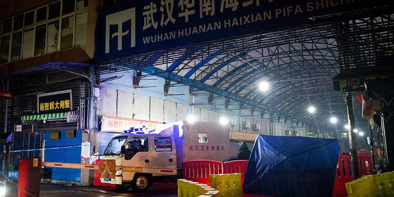 Kendaraan dari petugas otoritas kesehatan Wuhan meninggalkan pasar ikan di Kota Wuhan, China, yang ditutup terkait dugaan sebagai lokasi awal merebaknya virus misterius di negara itu, Sabtu (11/1/2020). Virus misterius mirip pneumonia telah menjangkiti puluhan orang dan menelan korban jiwa kedua di China, menurut pemerintah setempat.