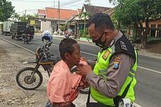 Kisah Viral Purnomo, Polisi yang Bantu Gelandangan dan Pakaikan Baju ODGJ Pinggir Jalan