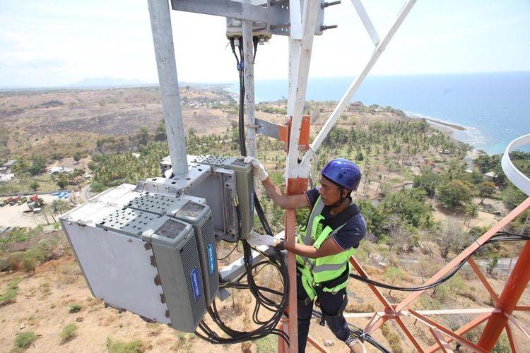 Teknisi XL Axiata sedang melakukan pemeriksaan terhadap perangkat BTS di daerah Labuhan Badas, Sumbawa Besar. Senin (26/8).