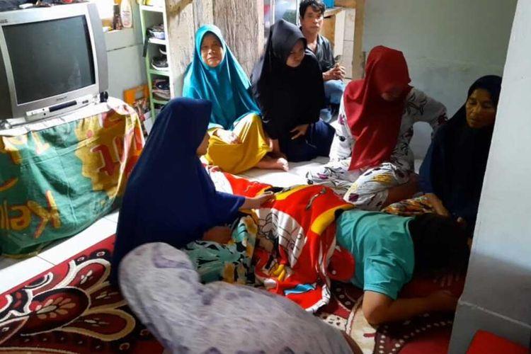 Keluarga korban penambang emas asal Tasikmalaya yang tertimbun di Kalimantan Tengah, berkumpul berdoa bersama dan salah satu ibu korban pingsan di rumahnya Kecamatan Salopa, Kabupaten Tasikmalaya, Jumat (20/11/2020).