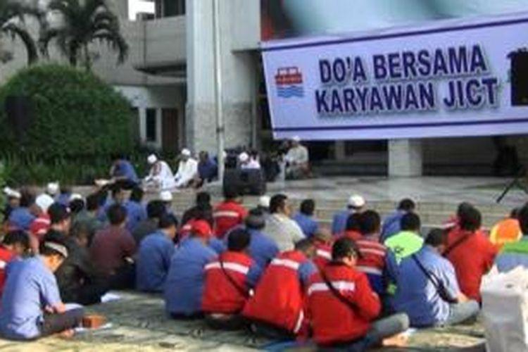 Ratusan karyawan PT Jakarta International Container Terminal (JICT) saat menggelar doa bersama di halaman utama kantor JICT, Tanjung Priok Jakarta Utara, Selasa (4/8/2015).