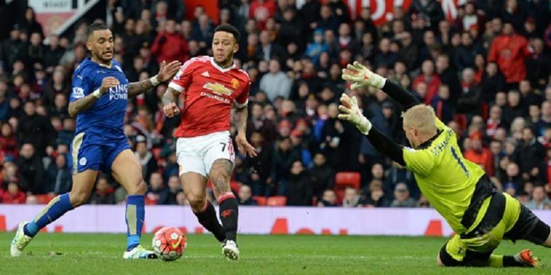 Kasper Schmeichel berusaha menahan tendangan Memphis Depay pada laga antara Manchester United dan Leicester City di Old Trafford, Minggu (1/5/2016).