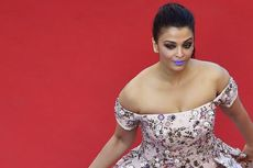 Aishwarya Rai Lirik Blus dan Celana Panjang Jins untuk Karpet Merah Cannes