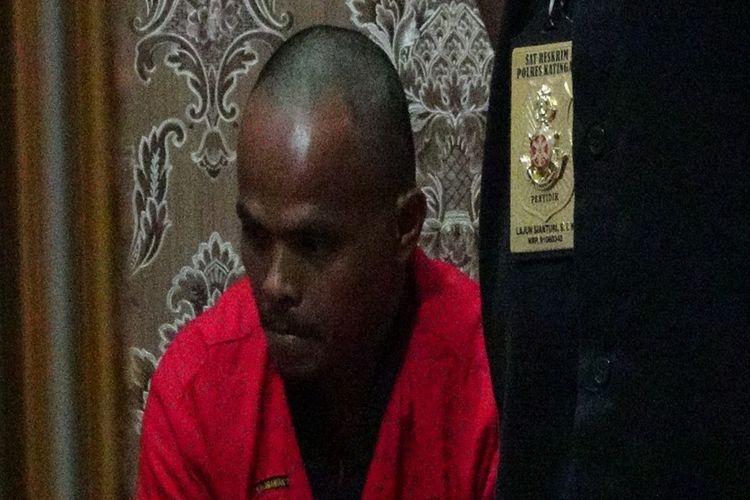 Pelaku pemenggal kepala siswa sekolah dasar saat berada di Makopolda Kalimantan Tengah