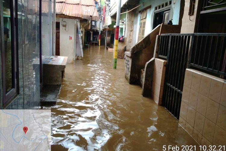 Banjir di Kelurahan Kampung Melayu, Jatinegara, Jakarta Timur, Jumat 95/2/2021).