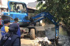 Percepat Banjir Surut di Gandaria City, Pemkot Jaksel Keruk Lumpur Kali Grogol dan Lebarkan Saluran