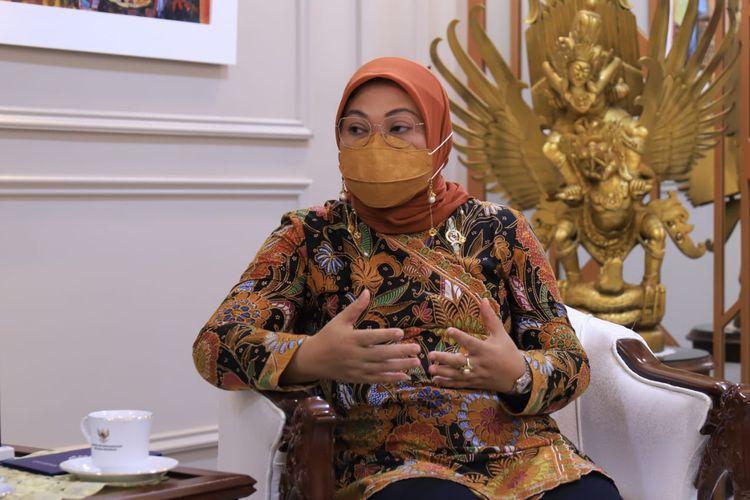 Menteri Ketenagakerjaan Ida Fauziyah saat menerima kunjungan kehormatan (courtesy call) Duta Besar Indonesia di Qatar Ridwan Hassan, di kantor Kemnaker, Jakarta, Jumat (4/6/2021).