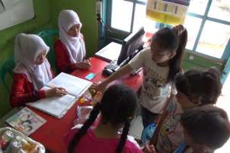 Anak-anak harus memmbawa sampah plastik sebagai alat tukar untuk meminjam buku di perpustakaan desa Kalisidi, Ungaran, Kabupaten Semarang. Perpustakaan berbayar sampah mengajarkan tentang keberrsihan lingkungan sejak usia dini.