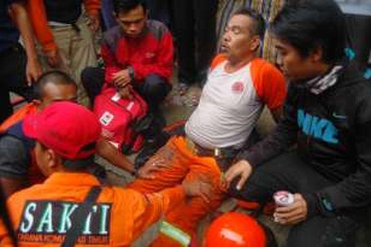 Seorang petugas pemadam kebakaran mengalami cidera saat berusaha memadamkan kebakaran yang melanda tiga rumah di Jalan Ciwaluya, RT 04 RW 05, Kelurahan Tegal Lega, Kecamatan Bogor Tengah, Kota Bogor, Selasa (23/8/2016).