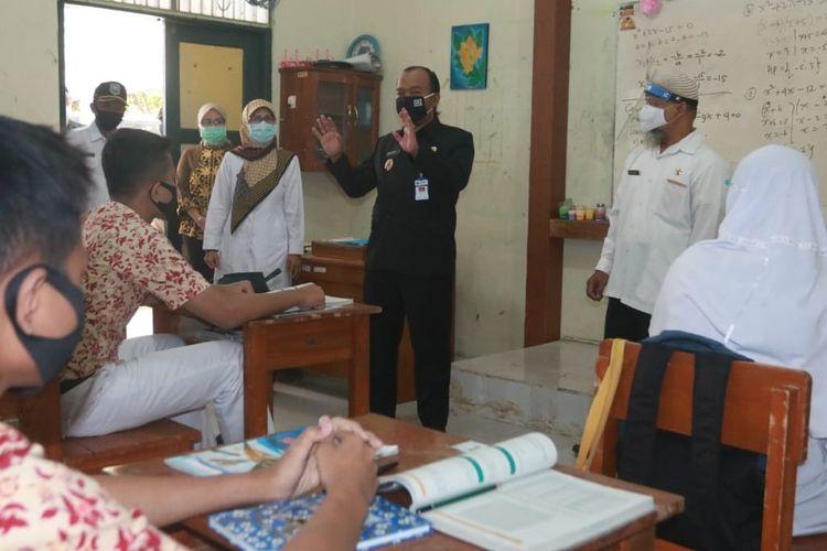 Wakil Wali Kota Tegal M. Jumadi dan jajarannya saat melakukan sidak ke SMP 7 yang sudah menerapkan KBM tatap muka, Rabu (9/9/2020) (Istimewa)