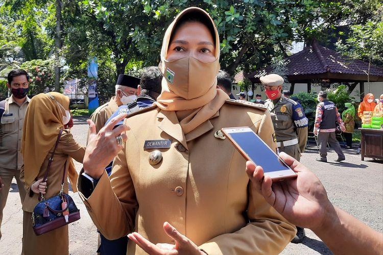 Wali Kota Batu, Dewanti Rumpoko saat diwawancara di Bakorwil III Malang, Senin (26/7/2021)