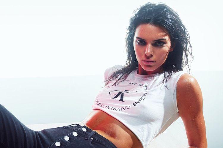 Kendall Jenner berpose untuk kampanye Deal With It dari Calvin Klein.