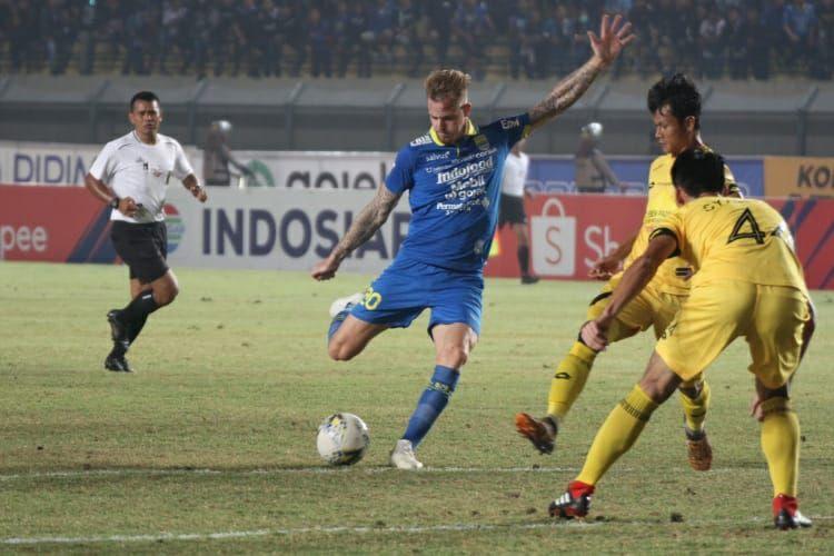 Gelandang Persib Bandung, Kevin van Kippersluis, berusaha melepaskan tembakan pada pertandingan Liga 1 melawan Semen Padang, Rabu (18/9/2019).