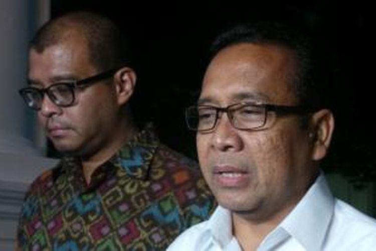 Menteri Sekretaris Negara Pratikno (kanan) bersama Sekretaris Kabinet Andi Widjajanto