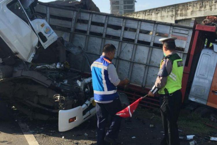 Kecelakaan beruntun yang libatkan tiga truk di tol lingkar luar Cakung Cilincing km 51, Jakarta Timur, Jumat (1/2/2019)