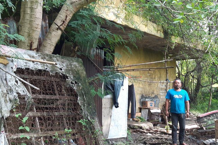Agus Prayitno (35) dan keluarganya tinggal di bangunan bekas gudang es di kawasan Jajar, Kecamatan Laweyan, Solo, Jawa Tengah, Selasa (16/6/2020).