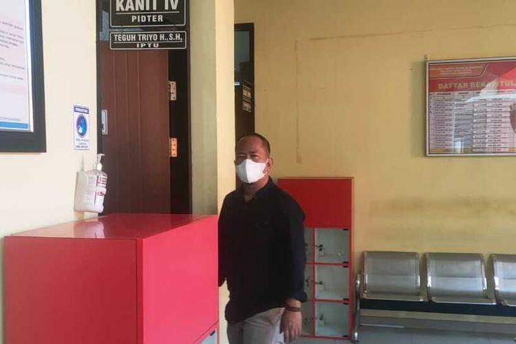 Sasmito Anggoro, tokoh perguruan silat di Bojonegoro saat dipanggil penyidik Satreskrim Polres Bojonegoro yang menjadi sasku atas dugaan pencemaran nama baik Wabup Bojonegoro, Budi Irawanto oleh Bupati Anna Mu'awwanah,
