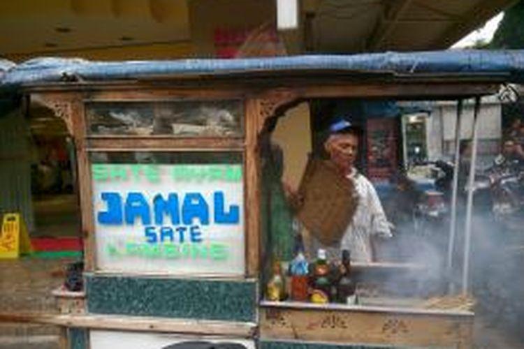 Jamal (66) penjual sate di kawasan jalan Sabang, Jakarta Pusat yang tetap menjajakan usahanya meski ada aksi teror di kawasan Sarina Kamis (14/1/2016).