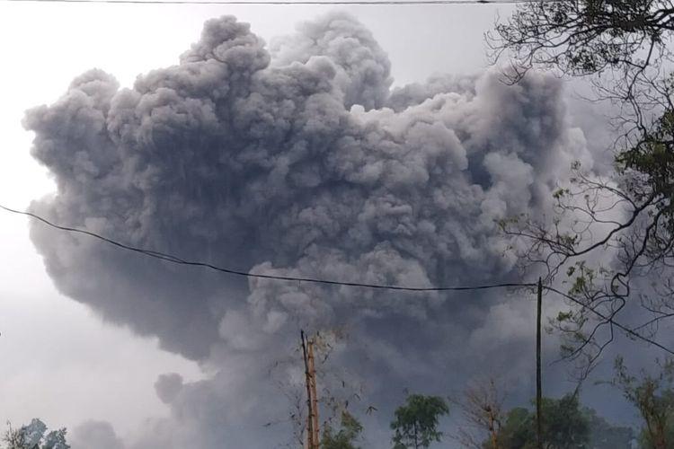 Gunung Semeru meletus pada Sabtu (16/1/2021).