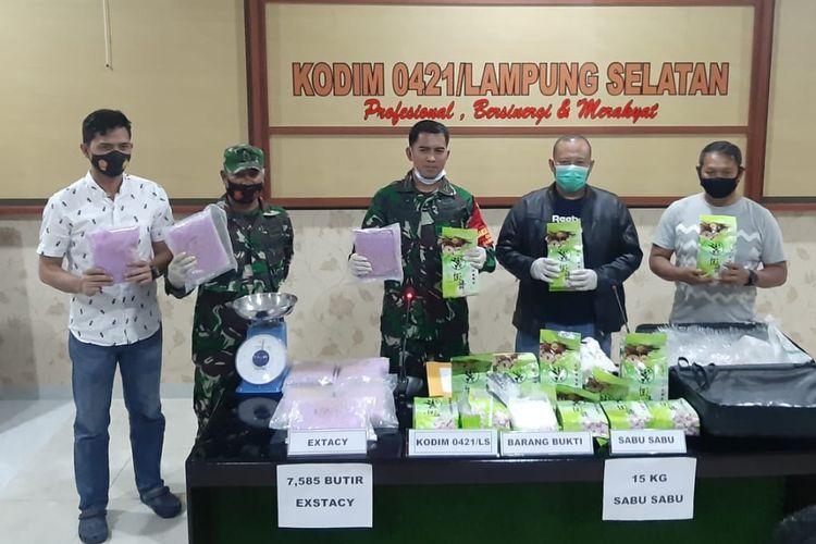Penyerahan temuan sabu-sabu sebanyak 15 kg dan 7.585 butir pil ekstasi dari Kodim 0421 Lampung Selatan kepada Satnatkoba Polres Lampung Selatan. (FOTO: Dok. Biro Penerangan Korem 043 Garuda Hitam)