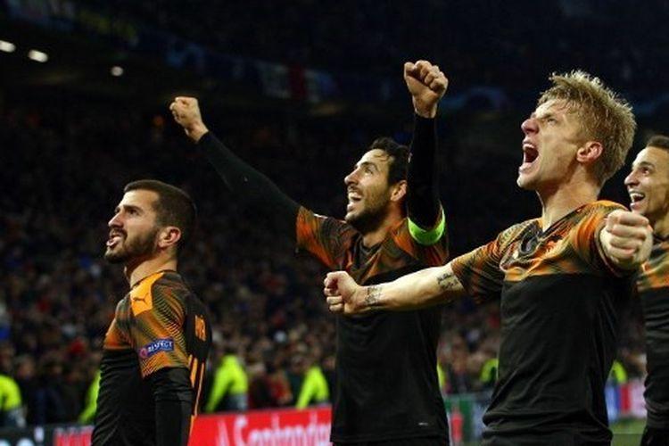 Para pemain Valencia merayakan kemenangan saat melawat ke kandang Ajax Amsterdam, Selasa (10/12/2019) atau Rabu dini hari di pentas Liga Champions.