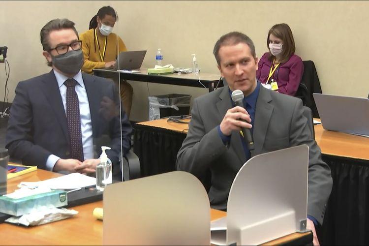 Dari kiri ke kanan, pengacara Eric Nelson dan mantan polisi Minneapolis Derek Chauvin saat hadir dalam memberikan kesaksian kepada Hakim Hennepin County Peter Cahill pada 15 April 2021. Chauvin, pelaku pembunuhan George Floyd, menegaskan dia tidak akan memberikan kesaksian.