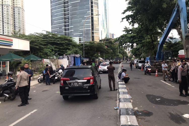 Arus lalu lintas di Gedung Merah Putih KPK tepatnya di Jalan Kuningan Persada, Setiabudi, Jakarta Selatan kembali dibuka pasca-demo dari Aliansi Badan Eksekutif Mahasiswa Seluruh Indonesai (BEM SI) pada Senin (27/9/2021) sore.