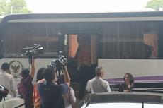 Naik Bus, Rombongan DPR Temui Presiden Jokowi Bahas RKHUP