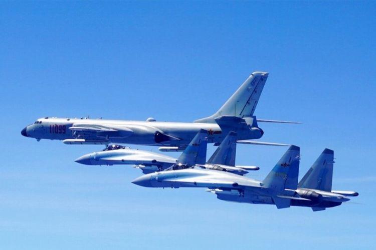 Pesawat pembom H-6K milik China didampingi dua jet tempur Su-35 yang beberapa waktu lalu dilaporkan telah melakukan latihan pendaratan di pulau terumbu karang di Laut China Selatan.