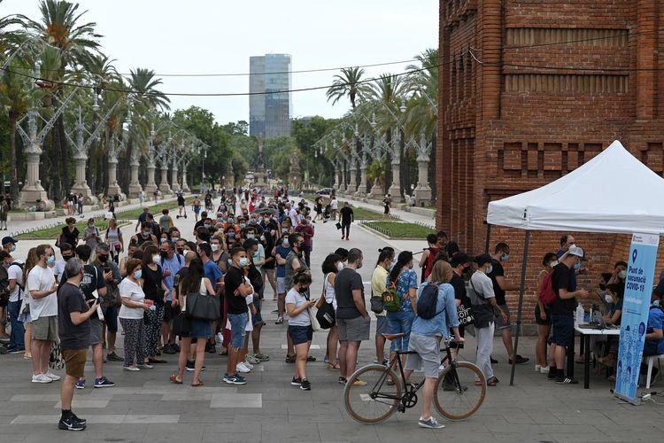 Warga berusia 40 tahun ke atas mengantre untuk mendapat satu dosis vaksin Johnson&Johnson di vaksinasi keliling yang disponsori produsen mobil Spanyol, SEAT, bekerja sama dengan badan kesehatan regional Catalan, di Triumphal Arch, Barcelona, 7 Juli 2021.