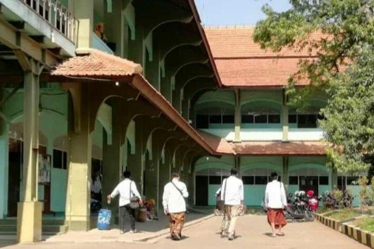 Peringati Hari Santri, mahasiswa UIN Semarang ke kampus pakai sarung, Selasa (22/10/2019).