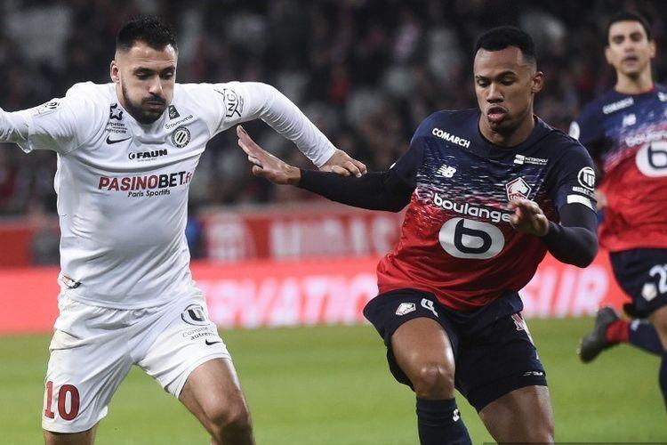 Bek Lille asal Brazil Gabriel dos Santos Magalhaes (kanan) memperebutkan bola dengan penyerang Prancis Montpellier Gaetan Laborde selama pertandingan sepak bola L1 Prancis antara Lille OSC (LOSC) dan Montpellier Herault Sport Club (MHSC) di Stadion Pierre Mauroy di Villeneuve-d  Ascq, pada 13 Desember 2019.