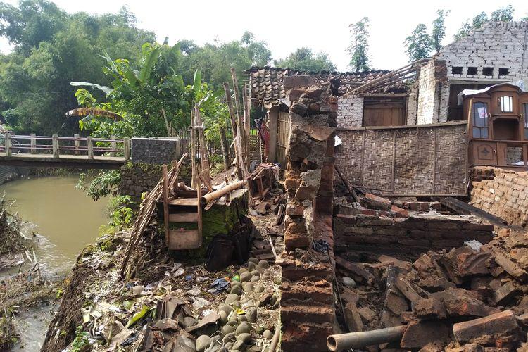Rumah Mbok Jainem yang terancam longsor akibat tergerus arus Kali Candi, Sabtu (27/2/2021). Kini rumah Jainem telah dibongkar, dan sedang dibuatkan rumah baru di lokasi yang lebih aman.