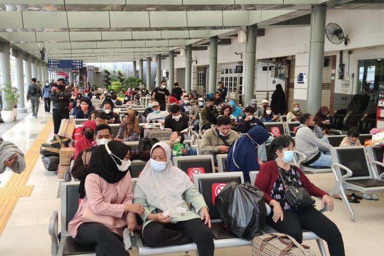 Stasiun Pasar Senen, Jakarta Pusat, dipadati oleh penumpang yang hendak mudik pada Rabu (19/5/2021).